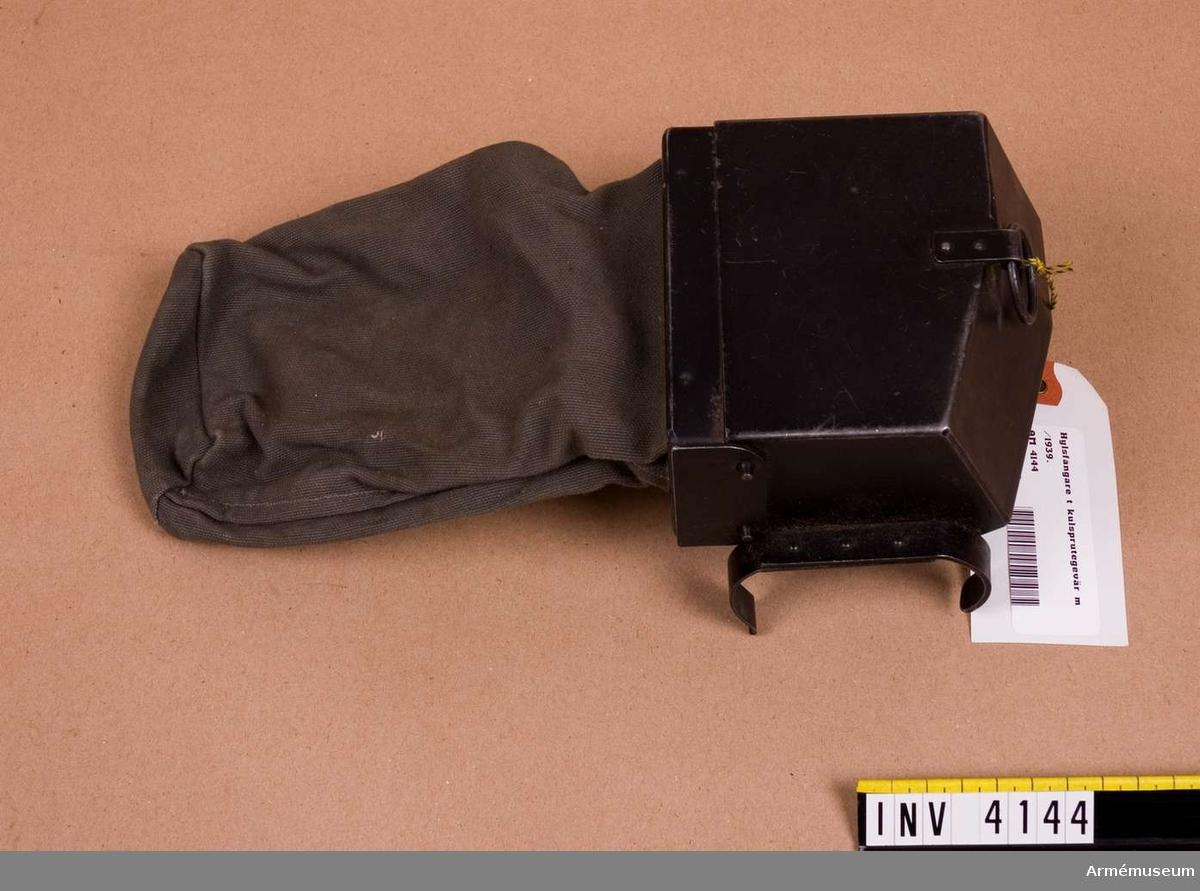 Hylsfångare t kulsprutegevär m/1939. Består av: hylsavledare, låsanordning f hylsavledare, hylspåse av väv m låsanordning.
