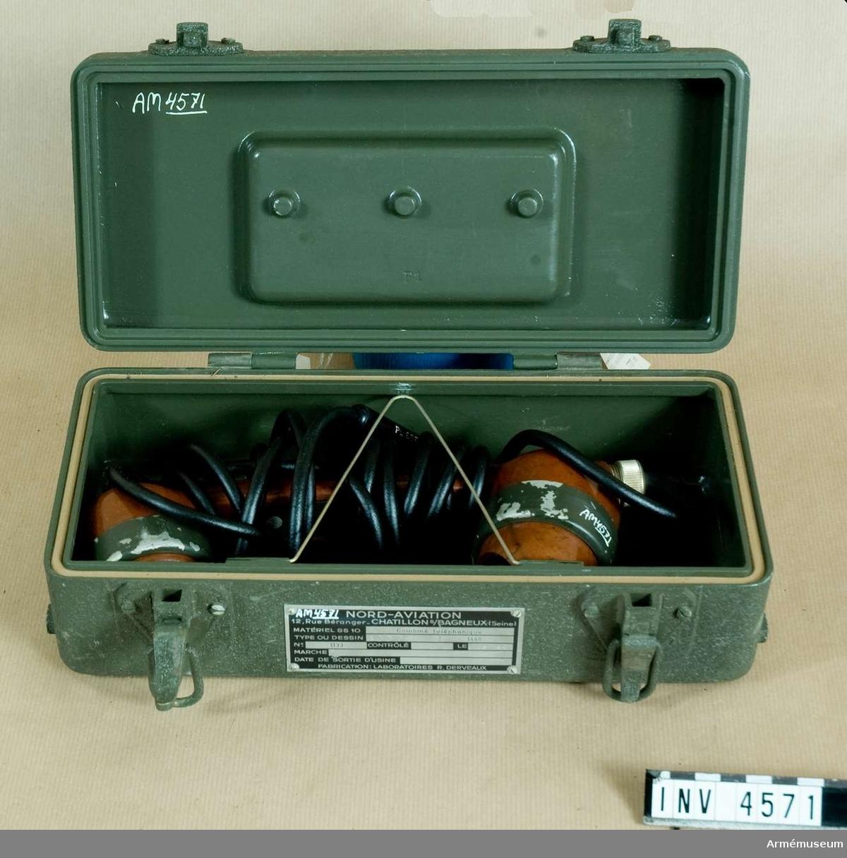 Telefonapparat 853 t pansarvärnsrobot SS 11.Består av: 1 telefonapparat, 1 transportlåda av aluminium, l: 300 mm, b: 150 mm, h:100 mm, vikt: 2,2 kg.Kabellängd: 2950 mm. (M 3926-853010).