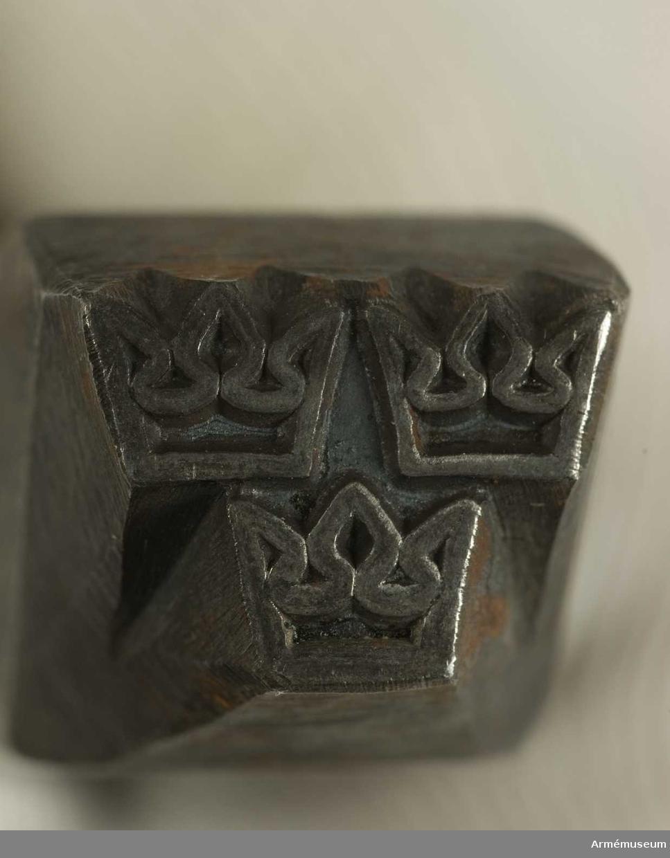 Stålstans A 2 (tre kronor).C:a 1950.Längd 102 mm. Bredd 16 x 16 mm.