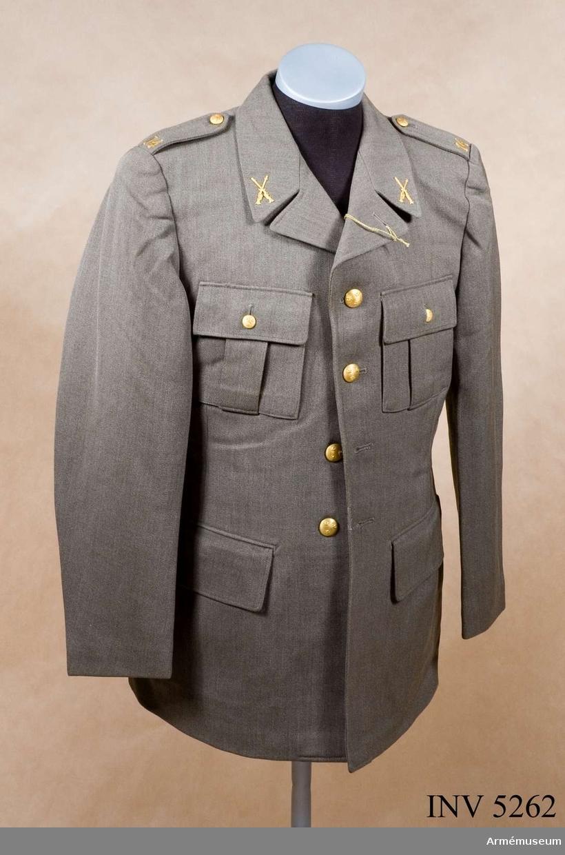 Av samma snitt som uniform m/1939. Daglig dräkt av gråbrungrönt tyg. Bärs till mörkt gråbrungröna byxor. Tjänstetecken mattförgyllda. Stl: 96 II.