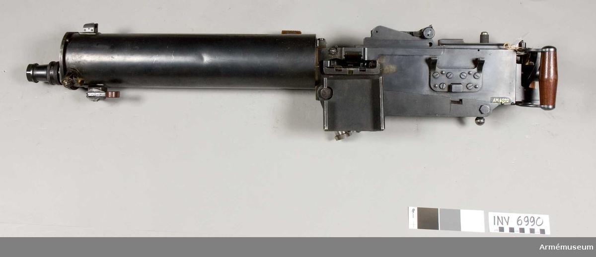 Tillverkningsnr 5028. Vikt utan lavett 20 Kg.Tillverkare Carl Gustafs stads Gevärsfaktori år 1930. Hållare för kikarsikte, tillverkad av Nedinsco S. Gravenhage, system Carl Zeiss, Jena Tyskland. Mekanisk eldhastighet 12 skott/s.Lavett saknas.