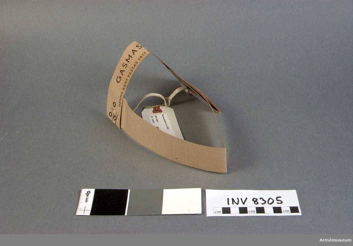 Samhörande pappkartong, märkt gasmaskmått m/35 KL-4603 10 st. Givare Svea Livgarde I 1, 196 85 Kungsängen.