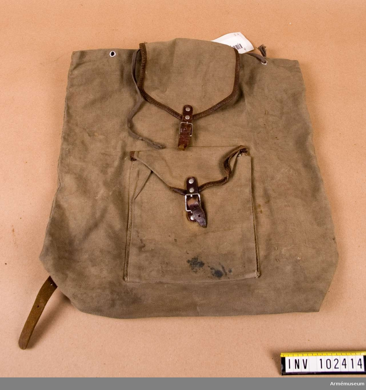 Ryggsäck. Ej militär. Ränsel. En liten ryggsäck som var vanlig som skolryggsäck eller på utflykter.