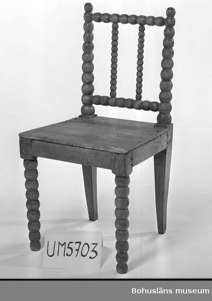 Ur handskrivna katalogen 1957-1958: Trästol Sitsens mått: 47 x 43. H: 89,5. Ljust brunbetsat trä. Obetydliga skador; enstaka maskhål.  Lappkatalog: 82