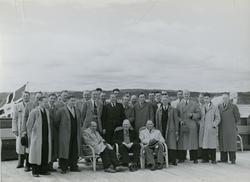 Gruppebilde av gjester på dekk på passasjer- og lasteskipet M/S Braemar, B/N 494 under prøvetur i Oslofjorden. Skipet ble levert av Akers Mek. Verksted i 1953 til Fred. Olsen & Co.