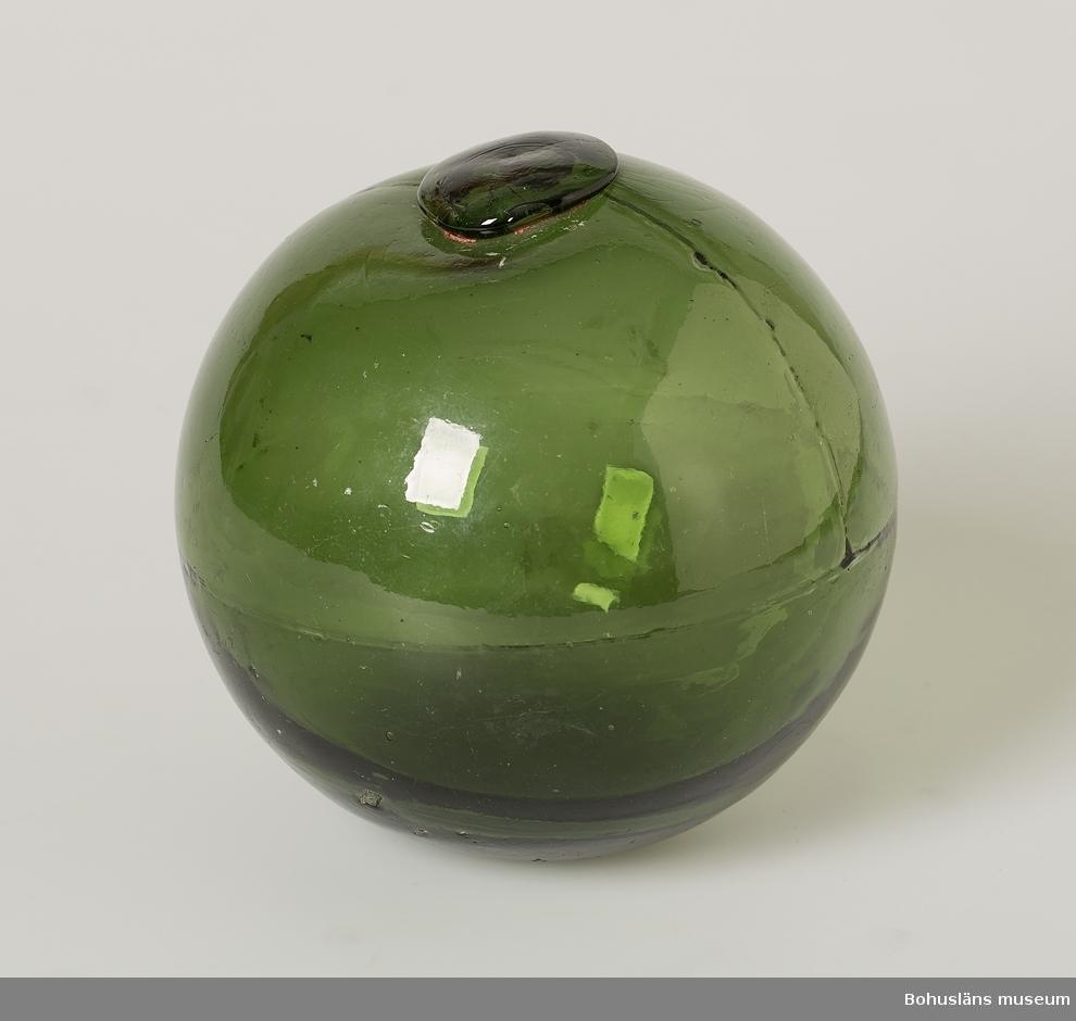 Grön glaskula. Puntelmärke. Sliten.