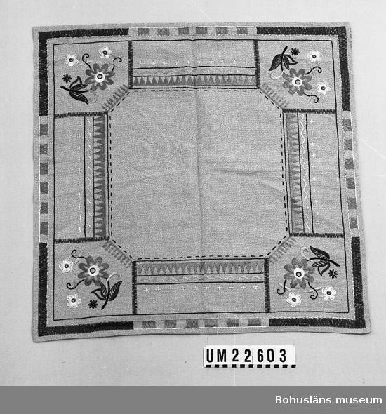 594 Landskap BOHUSLÄN  Broderad med mouliné- och pärlgarn i platt-, schattersöm och stjälkstygn.  Grått bomullsband påsytt runtom på undersidan.  UMFF 121:2