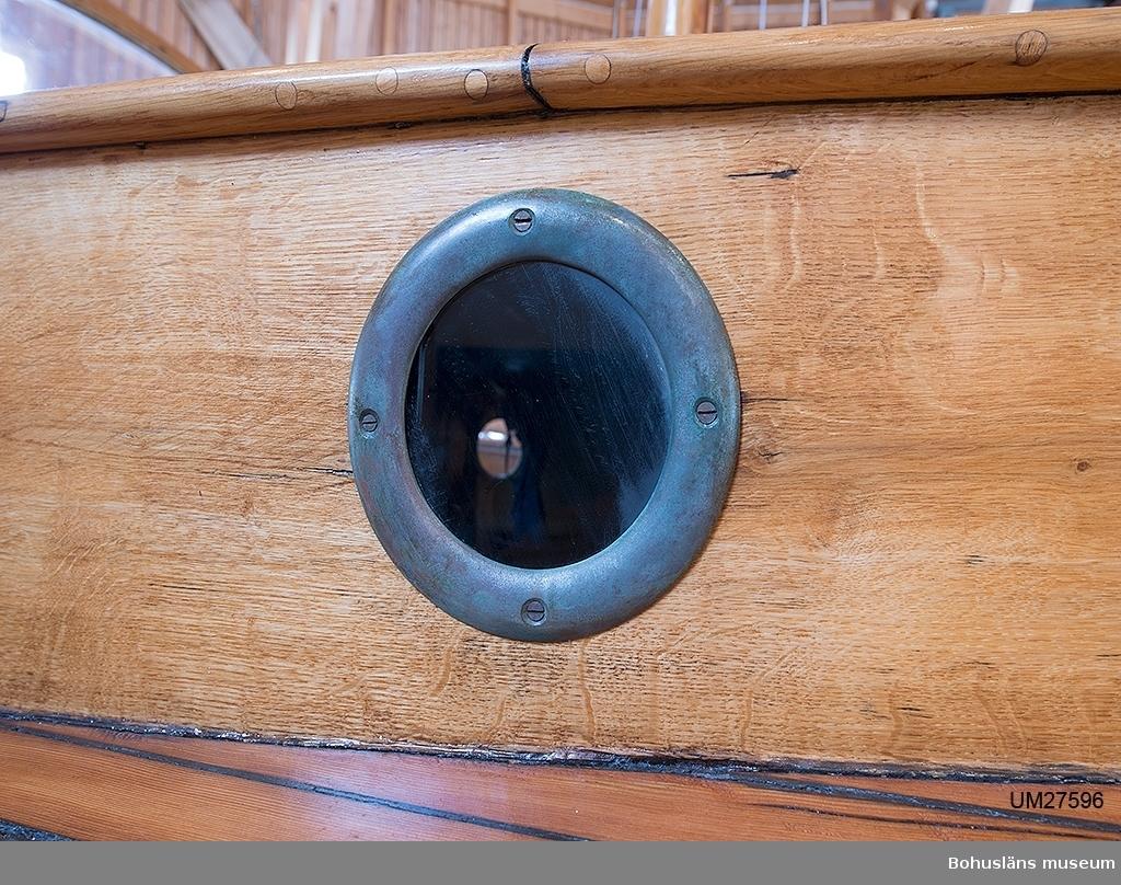 """24-25 fots motorsnipa med kryssarakter. Kryssarakter, """"rodert på ryggen"""", betyder att snipan istället för det vanliga utanpåliggande rodret har en mjukt rundad akter med fylligt akterskepp där en hjärtstock sitter inbyggd och avslutas en roderspade som sticker ut under aktern. Detta ger båten god bärighet och goda strömningsegenskaper. Klinkbyggt skrov i ek på ek, bordläggningen kopparnitad, spanten naglade med enepinnar. Bordläggningens ek har vuxit på Visingsö, där staten på 1830-talet planterade ek för flottans behov. När eken var avverkningsbar såldes den till andra ändamål. Ruff av mahogny och dukad oregonepine (?) (taket). Två runda fönster på vardera ruffsidorna.  Stor sittbrunn med vindrutor fördelade på fyra rutor varav den högra (?) är öppningsbar.  Däck av oregonpine. Inombordsmotor Volvo Penta, MD2 b. Mast (H 10,3 m) och bom (L 3,1 m) av oregonpine. Frälsarkrans i original på rufftaket med namnet """"Lisen"""" på (den förste ägarens hustrus namn)."""