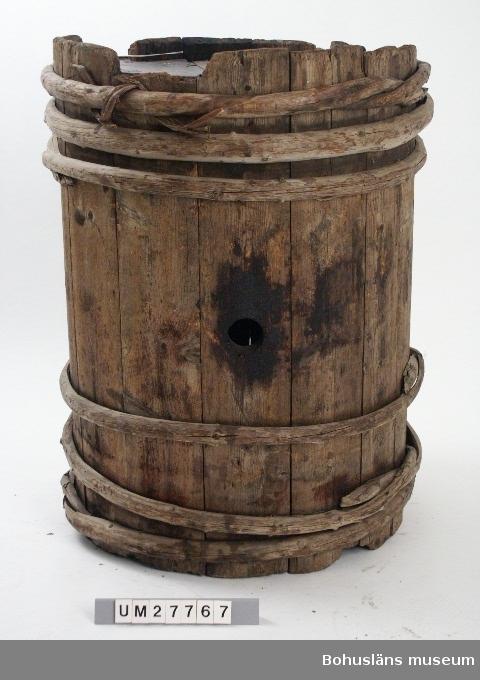 Föremålet visas i basutställningen Uddevalla genom tiderna, Bohusläns museum, Uddevalla.  Kraftig laggad trätunna med botten och lock av trä, band av enevidjor. Borrat hål för tunntapp. Tunnan är ganska sned. Tunnan har  varit placerad i Basmagasinet under många år och där varit omärkt och okatalogiserad. Uppgifter om tillverkning, brukare och förvärv är okända. Föremålet är intaget till samlingarna vid Insamlingsmöte 2002-11-13.