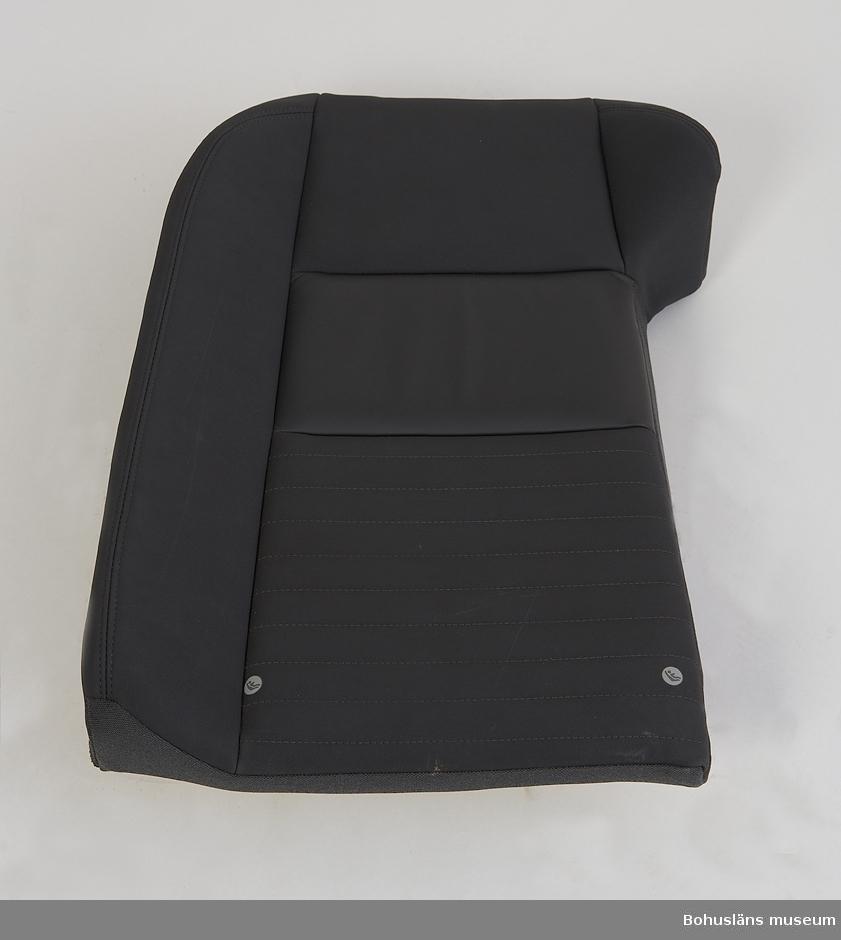 Föremål från bilfabriken Pininfarina / Volvo i Uddevalla. Höger ryggbaksäte.  På första föremålsbilden UM031961 visas alla delar till bilsätet sammansatt, UM031961 - UM031964.
