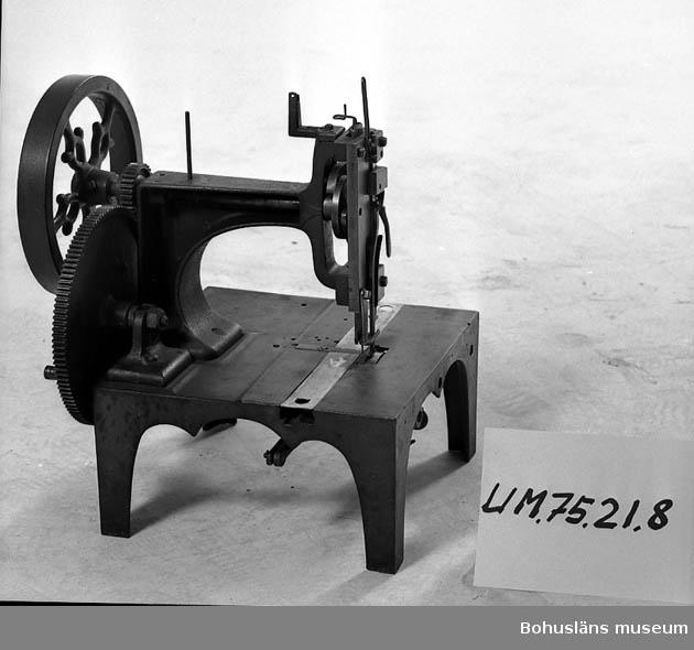 Föremålet visas i basutställningen Uddevalla genom tiderna, Bohusläns museum, Uddevalla. Band- och kugghjulsdrift.  Ur punktnummerkatalogen 1958-1976: Uddevalla kommun. Symaskiner, 10 st.