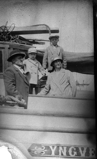 """Enl. tidigare noteringar: """"Ombord på fraktfartyget """"Yngve"""".  Gruppfoto år 1929, fr v: Karl A Ögård, Yngve Ögård, Thore Ögård och Anna Ögård.  Repro av foto tillhörande Ynge Ögård, Kungshamn"""","""