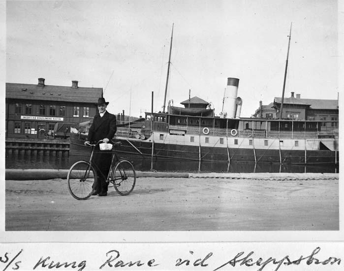 """Text på kortet: """"s/s """"Kung Rane"""" vid skeppsbron""""."""