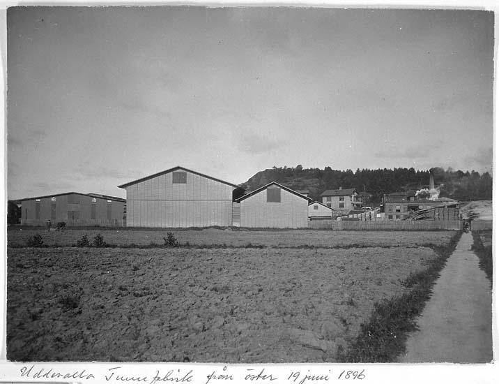 """Text på kortet: """"Uddevalla Tunnfabrik från öster 19 juni 1896""""."""