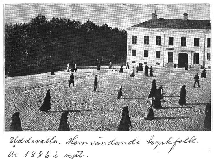 """Text på kortet: """"Uddevalla. Hemvändande kyrkfolk år 1886 i sept.""""."""