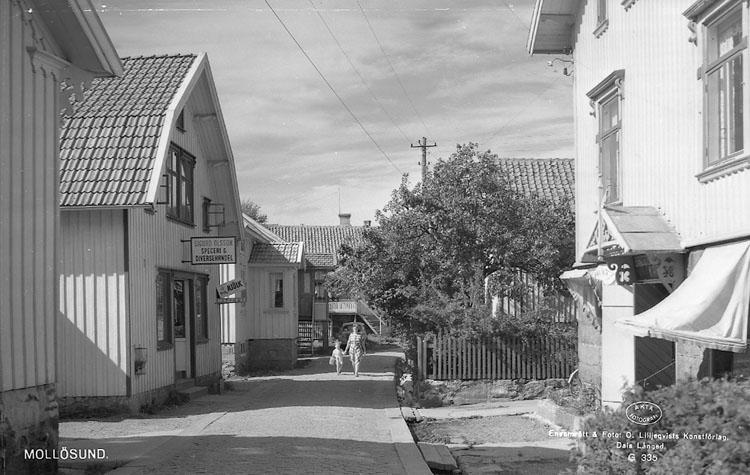 """Enligt AB Flygtrafik Bengtsfors: """"Mollösund gatuparti m. affär Bohuslän""""."""