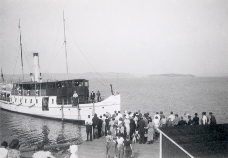 """Skrivet med röd penna, """"sommaren 1938"""".  """"-"""" """" svart blyertspenna, """"Ångaren Valborg lägger till vid Hafstens brygga."""