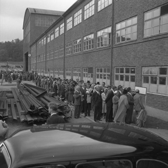 Vid dop och sjösättning av fartyget 133 T/T Josefina Thordén. Det var Sveriges första stora tanker. Personerna på bilden köar för att komma in till den ena sjösättningmiddagen.