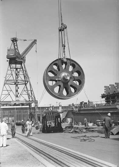 Stora turbinhjulet hissas för att monteras på fartyg nr. 201 T/T W. Alton Jones.