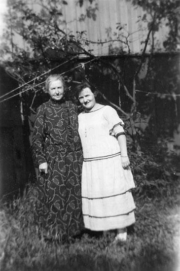 """Enligt noteringar: """" I 'Carlssons' trädgård 1924""""."""