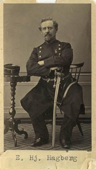 """Text på kortets baksida: """"Eric Hjalmar Hagberg, f. 1816. Fullmakt 1834. Aug. 26 major Boh. reg. Död som f.d. övferste vid Westgöta regemente i St. holm. 1864 överselöjtnant vid Wesmlands reg.""""."""