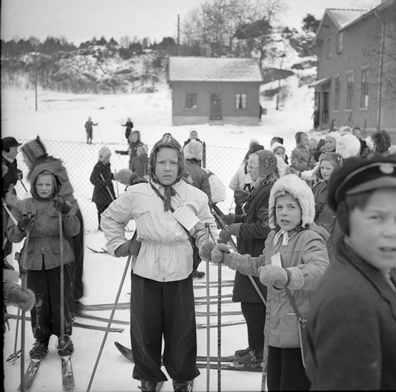 """Enligt notering: """"Skolungdom Skidtäv. 10/3 1947""""."""