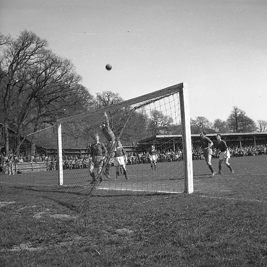 """Enligt notering: """"Fotboll UIS VIF 25/4 1948""""."""