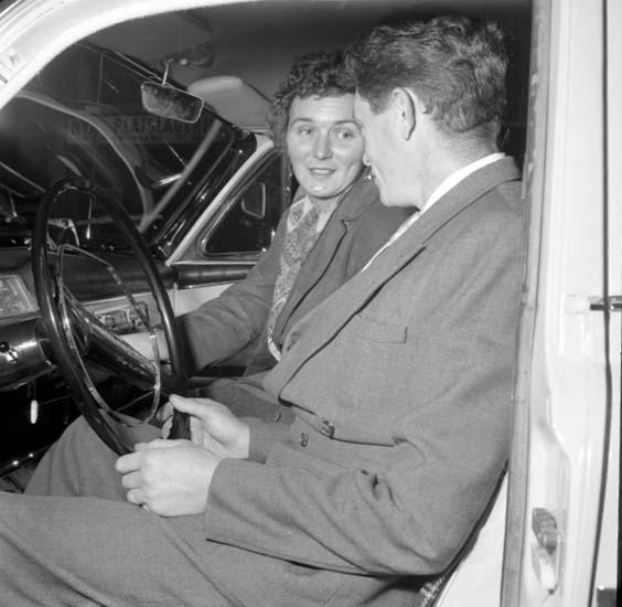 """Enligt notering: """"Kvinnliga Bilskoleelever d 23/9 -58""""."""