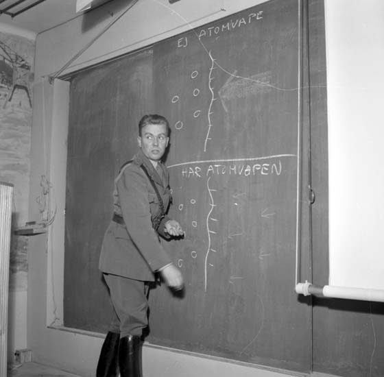 "Enligt notering: ""Regementet Poliskurs Atomvapen d 3/11 -58""."
