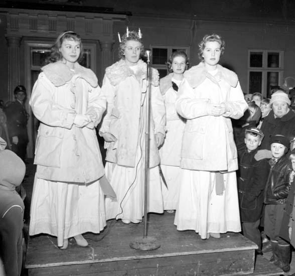 "Enligt notering: ""Lucia krönes rådhuset d 13/12 -58""."