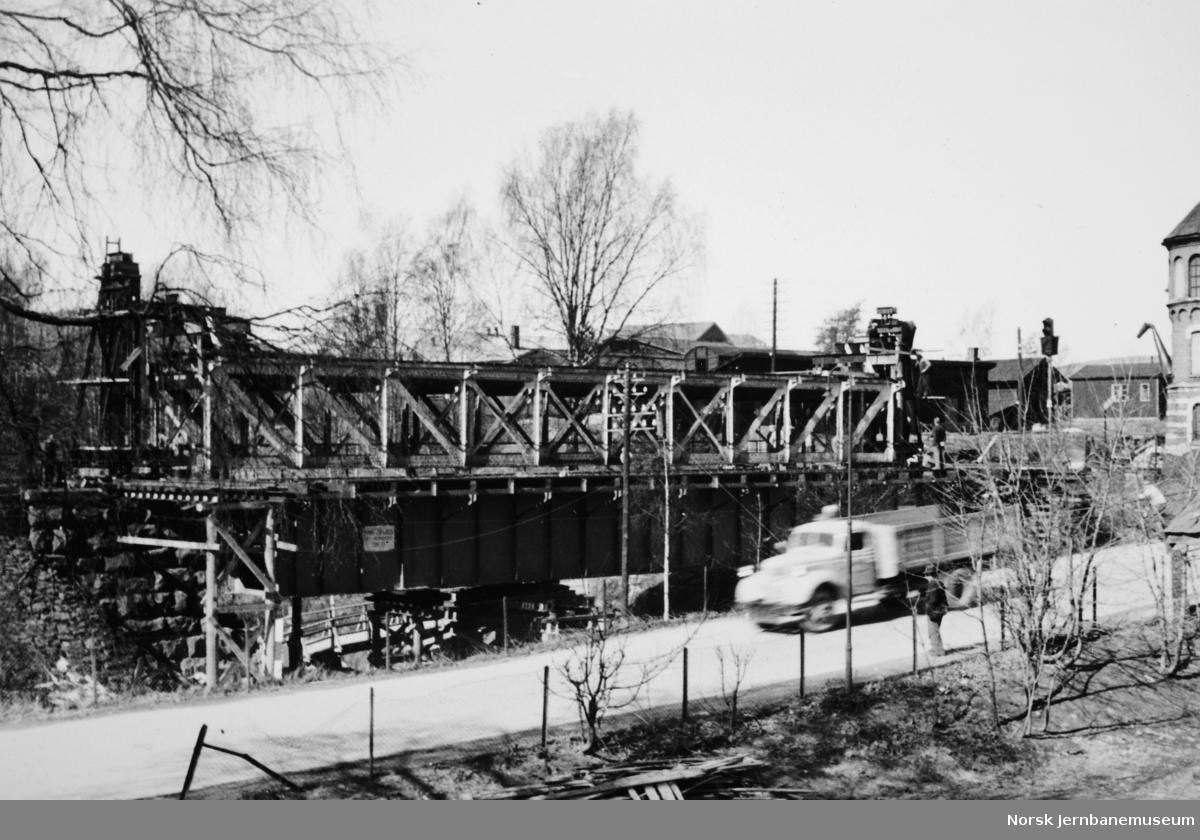 Bru over Mesna,, Lillehammer - gammelt spenn heist ut og nytt spenn innlagt