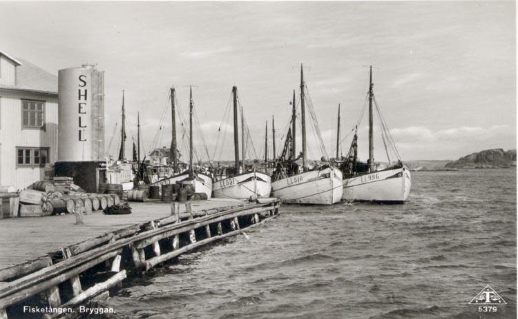 """Tryckt text på kortet: """"Fisketången. Bryggan"""". Noterar på kortet: """"FISKETÅNGEN ASKUM SN. S. SOTENÄSET 9 sept. 1951. UTSIKT ÖSTER""""."""