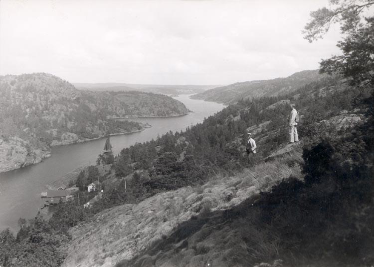 """Noterat på kortet: """"SVINESUND S. FR. VÄSTER"""". """"FOTO (E78) DAN SAMUELSON 1924. KÖPT AV DENS. DEC. 1958""""."""