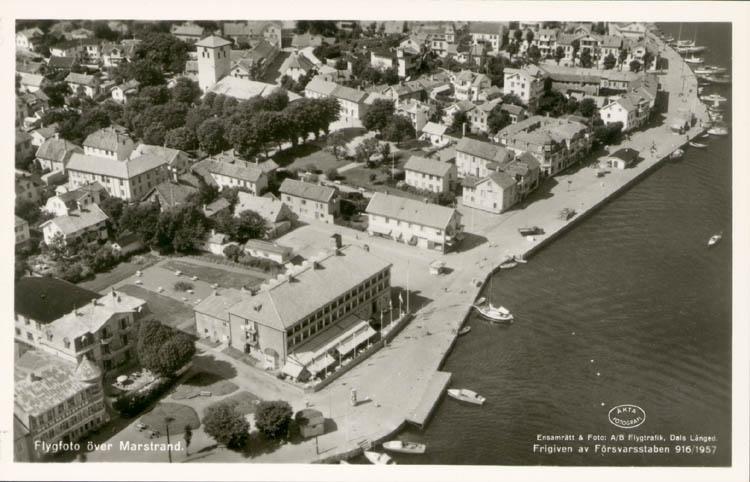 """Tryckt text på kortet: """"Flygfoto över Marstrand."""" """"Ensamrätt & Foto Flygtrafik. Dals Långed."""""""
