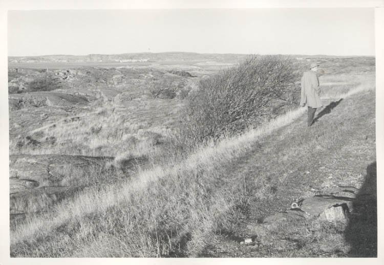 """Noterat på kortet: """"Marstrand. Jag på vallen vid """"Smedjan"""". 4.11.1961."""""""