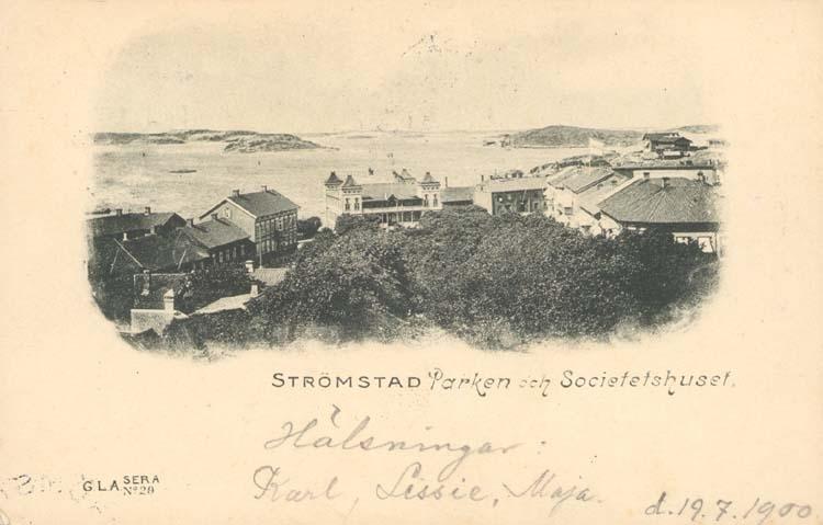 """Tryckt text på kortet: """"Strömstad. Parken och Societetshuset.""""  ::"""