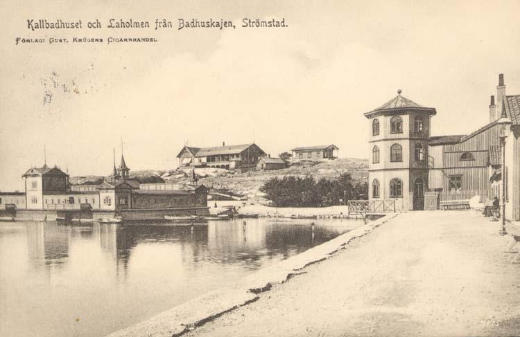 """Tryckt text på kortet: """"Kallbadhuset och Laholmen från Badhuskajen, Strömstad."""" """"Förlag: Gust. Krügers Cigarrhandel."""""""