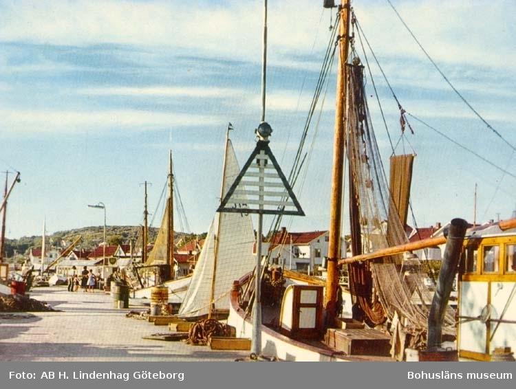 """Tryckt text på kortet: """"Grebbestad. Hamnen."""""""