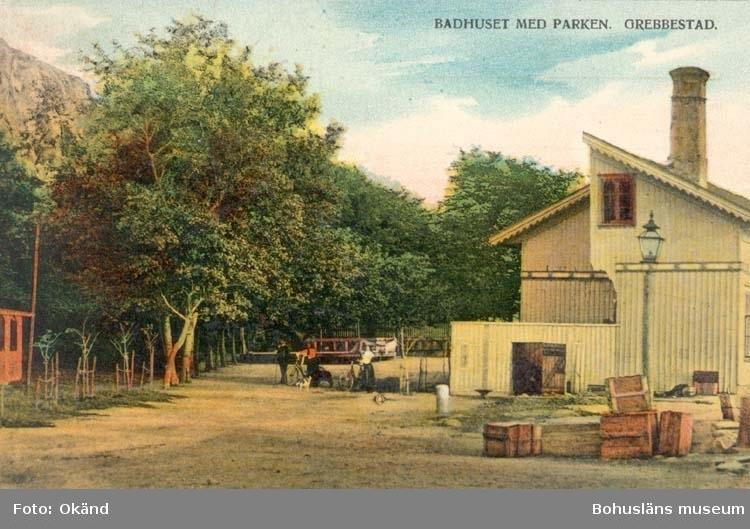 """Tryckt text på kortet: """"Grebbestad. Badhuset med parken."""" """"Förlag: Hilmer Karlsson."""""""