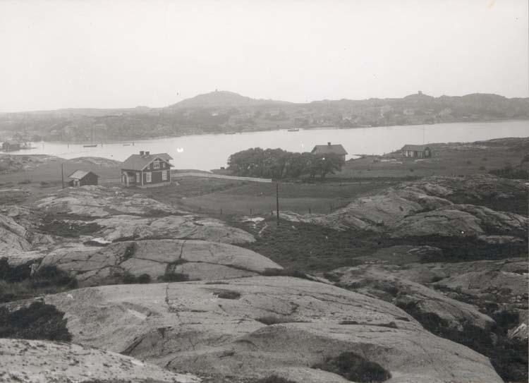 """Noterat på kortet: """"Sydkoster."""" """"Kostersundet fr. Galtryggen. I fonden ga. Fyrarna på Nordkoster."""" Foto (D30) Dan Samuelson 1924. Köpt av dens. dec. 1958."""""""