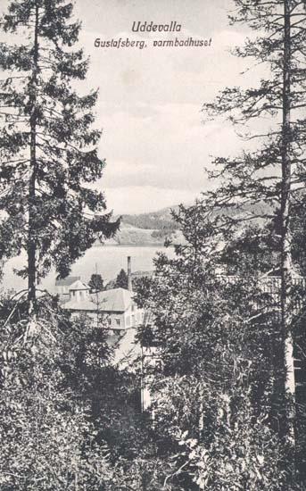 "Tryckt text på kortet: ""Uddevalla. Gustafsberg, Varmbadhus."" ""Uddevalla Pappershandel, Hildur Andersson."""