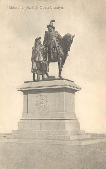 "Tryckt text på kortet: ""Uddevalla. Karl X Gustafs-statyn."" ""Uddevalla Pappershandel, Hildur Andersson."""