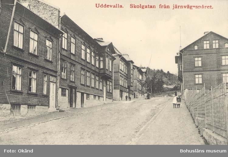 """Tryckt text på kortet: """"Uddevalla. Skolgatan från järnvägsspåret.""""  ::"""