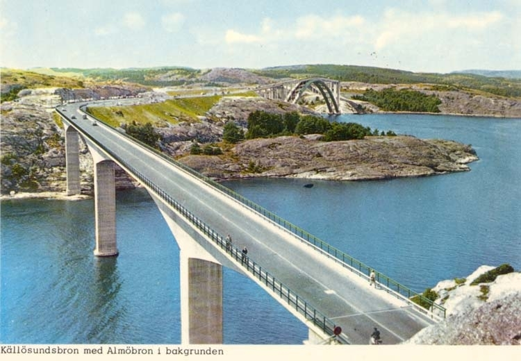 """Tryckt text på kortet: """"Källösundsbron med Almöbron i bakgrunden."""" ::"""