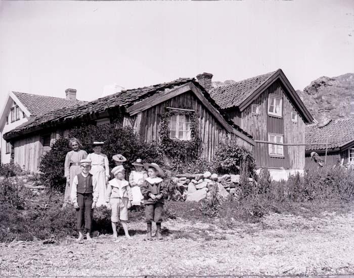 """""""Gammal stuga, Rågårdsvik. Pyro, Agfa plåt d. 10 juli 1904."""" enligt information som medföljde bilden."""