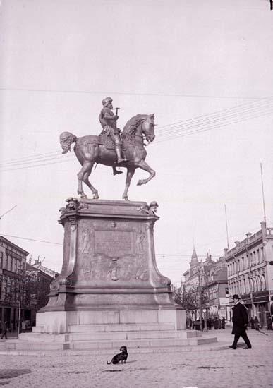 """Enligt text som medföljde bilden: """"Göteborg. Karl IX staty 16/10-27/10 04."""""""