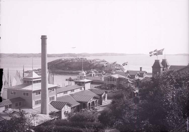 """Enligt text som medföljde bilden: """"Lysekil. Badinrättningen fr. flöjberget 20/8 1901."""""""