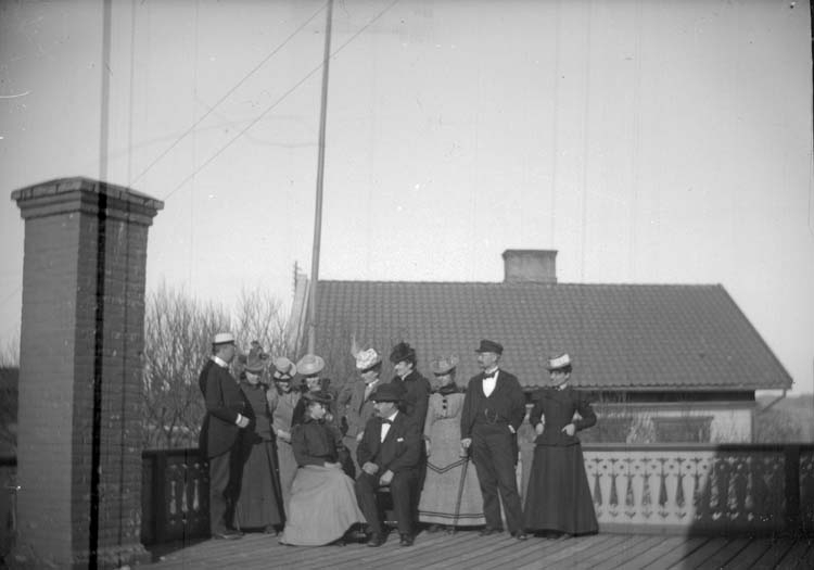 "Enligt text som medföljde bilden: ""Lysekil. På pensionatets tak 1899"". ::"