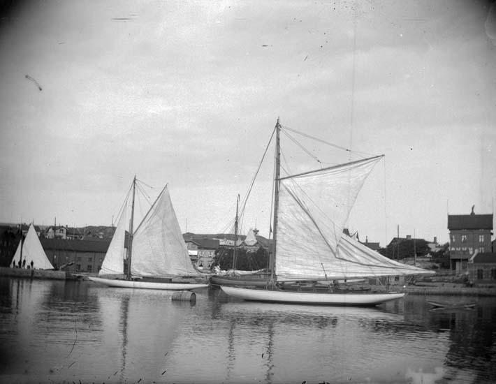 """Enligt text som medföljde bilden: """"Lysekil. Göteborgs Kungliga Segelsällskaps Utställningsbåt för 1898 Louise och Aida taget d. 26/6 1898""""."""