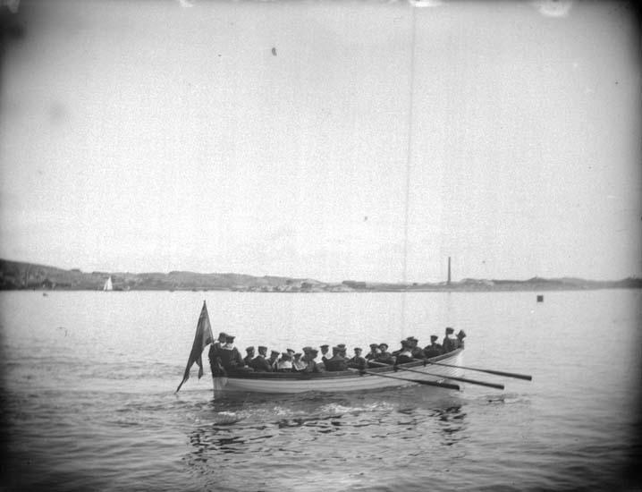 """Enligt text som medföljde bilden: """"Lysekil. En skeppsbåt med skeppsgossar 25/6 1899""""."""